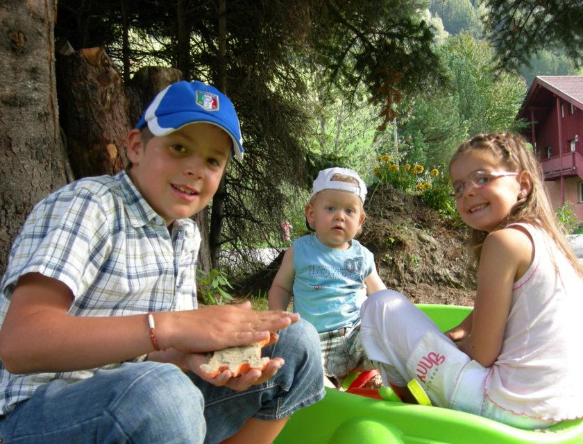 Leon und Romy freuen sich mit Ihren Kindern zu spielen.